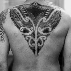 Maori Tattoo Rücken Mit Schattierungen