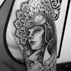 Tattoo Ornament Und Frauenkopf Oberarm