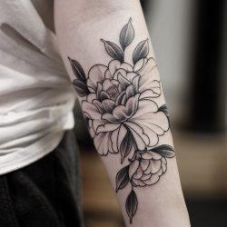 Schwarz Weiss Blumen Tattoo Unterarm