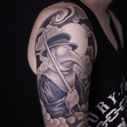 Zaubernder Rabe Mit Japanischen Tattoo Elementen