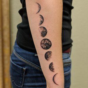 Mondphasen Tattoomotiv auf dem Arm einer Frau