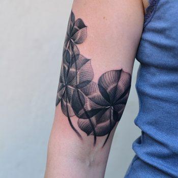 Kleeblatt Tattoo Schematisch Am Oberarm
