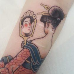 Old School Tattoo Dame Mit Spiegel