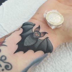 Mini Tattoo Fledermaus Am Handgelenk