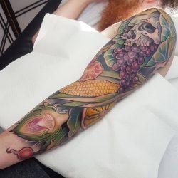 Farbiger Tattoo Sleeve Mit Schädel Und Früchten