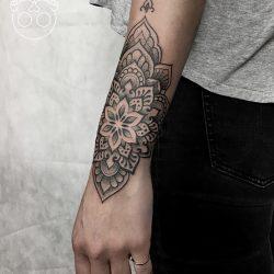Handrücken Tattoo Ornament Und Dotwork