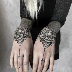 Handrücken Mandala Tätowierung