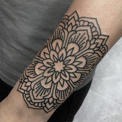 Linien Tattoo Mandala Blume