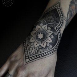 Mandala Tattoo Handrücken