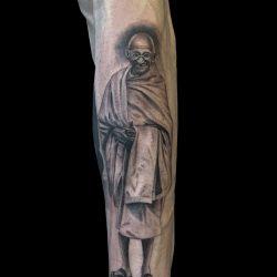 Ghandi Tattoo Unterarm Schwarz Weiss