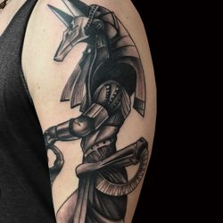 Anubis Tattoo Auf Oberarm