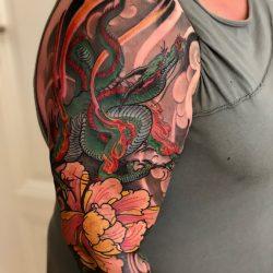 Japanischer Tattoo Oberarm Mit Kleinem Drachen