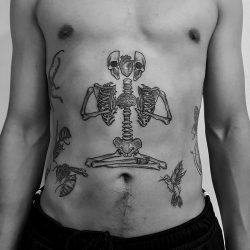 Dotwork Tattoo Eines Skeletts Im Schneidersitz Auf Dem Bauch