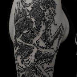 Fantasy Tattoo Mit Tattooutensilien In Der Hand, In Schwarz Gehalten