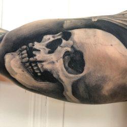 Totenkopf Tattoo Auf Dem Inneren Oberarm In Einem Realistischen Stil Von Unserem Künstler Marcio Bornholdt