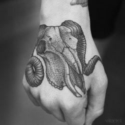 Stilbruch Totenkopf Mit Hörnern Tattoo