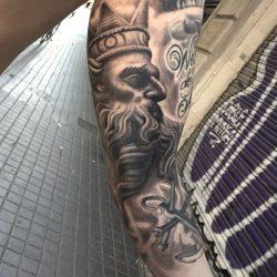 Realistisches Griechisches Motiv Tattoo