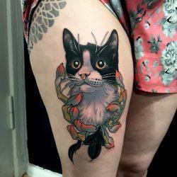 Katze Mit Schwarz Weißem Muster Von Einer Chrysantheme Umgeben Im Neotraditional Tattoo Stil