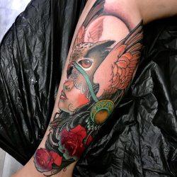 Frau Mit Eule Und Rosen Tattoo Auf Dem Bein