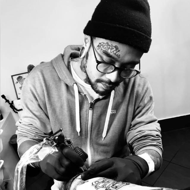 Tattoo Artist Bei Der Arbeit