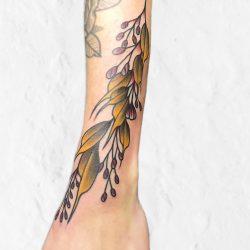 Bunter Blätterzweig Tattoo