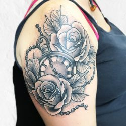 Uhr Und Rosen Tattoo Auf Dem Oberarm Im Dotwork Style