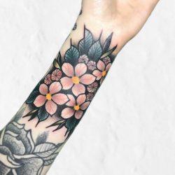 Feines Florales Handgelenk Tattoo