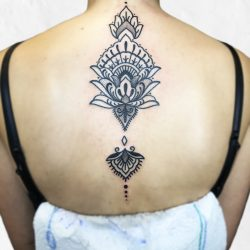 Ornament Mit Dicken Linien Auf Dem Rücken Einer Frau