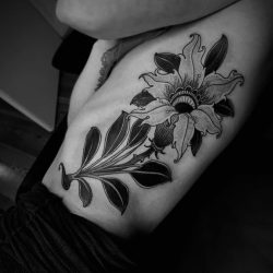 Dunkle Dotwork Blume