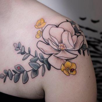 Pastelliges Blumen Tattoo An Der Schulter Mit Marienkäfer Und Orchidee