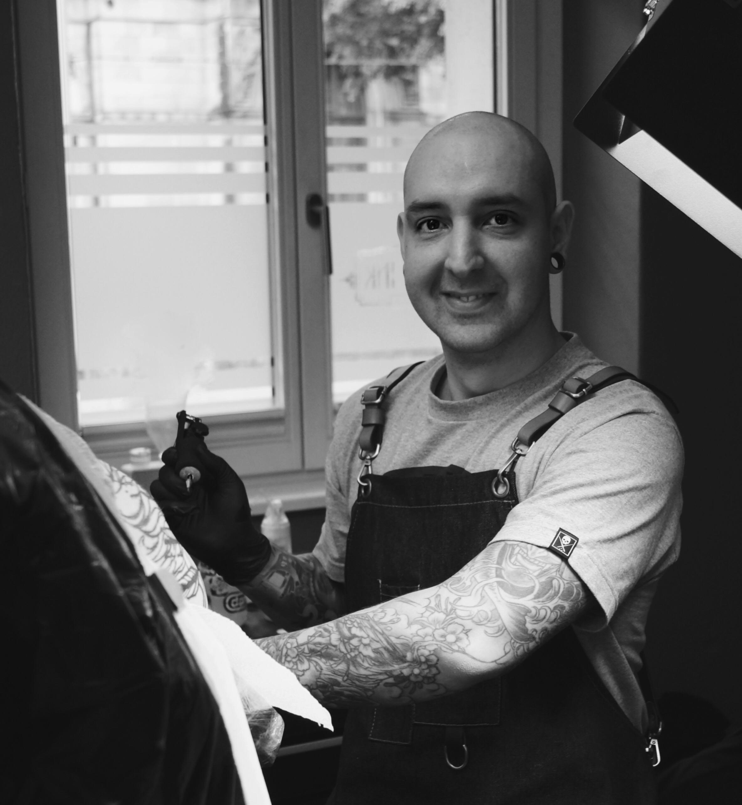 Tattoo Artist Andrew Bei Der Arbeit